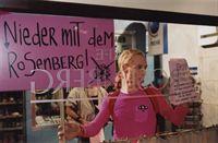 Das Hausverbot im Rosenberg lässt sich Waltraud (Victor Schefé) nicht gefallen - sie ruft die ganze Schwulenszene auf, das Café zu boykottieren. – Bild: Sat.1