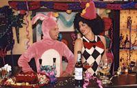 Axel (Michael Härle, l.) und Doro (Carolina Vera-Squella, r.) kommen sich beim Karneval im Rosenberg wieder näher. – Bild: Sat.1