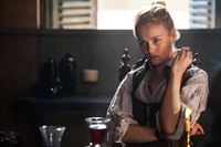 Wird von einem Mann überrascht: Eleanor (Hannah New) ... – © 2013 Starz Entertainment LLC, All rights reserved