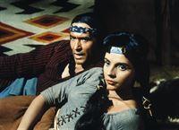 Matsu (Ricardo Montalbán, l.) und seine Frau Attoya (Darsteller unbekannt) haben Ben Cartwright das Leben gerettet. – Bild: Paramount Pictures