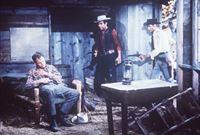 Adam (Pernell Roberts, M.) und Little Joe (Michael Landon, r.) haben den Mörder Marks (Adam Williams, l.) gestellt ... – Bild: Paramount Pictures