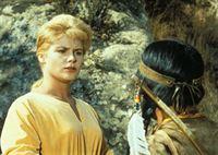 Die Sheeshawnee-Indianer halten Ruth (Anna-Lisa, l.) für den Geist einer zauberkräftigen Frau und wollen sie in ihr Camp bringen ... – Bild: Paramount Pictures