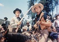 McCall (John Larch, l.) und seine Männer schrecken auch nicht vor Gewalt zurück ... – Bild: Paramount Pictures