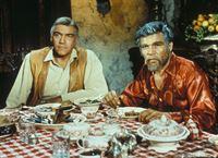 Noch ahnt Ben (Lorne Greene, l.) nicht, dass das unerwartete Auftauchen seines Schwagers Gunar Borgström (Neville Brand, r.) alles andere als ein netter Besuch unter Verwandten ist ... – Bild: Paramount Pictures
