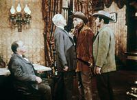 Nachdem Little Joe verschwunden ist, vermuten Ben Cartwright (Lorne Greene, 2.v.r.) und Adam (Pernell Roberts, r.) ihn ganz zu Recht in der Gewalt der skrupellosen Silberbarone Garvy (Willis Bouchey, l.) und Troy (George MacReady, 2.v.l.). – Bild: Paramount Pictures