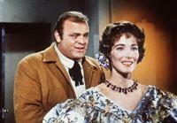 Hoss Cartwright (Dan Blocker, l.) hat sich in die Witwe Helen Layton (Julie Adams, r.), eine Freundin seines Vaters, verliebt. – Bild: Paramount Pictures