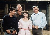 (v.l.n.r.) Little Joe (Michael Landon), Hoss (Dan Blocker), Minnie Billington (Dorothy Green) und Ben Cartwright (Lorne Greene) lernen Mark Twain (Mark Twain) kennen ... – Bild: Paramount Pictures