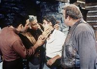 Nachdem Little Joe (Michael Landon, 2.v.r.) in eine Schlägerei geraten ist, nehmen Ben Cartwright (Lorne Greene, 2.v.l.), Adam (Pernell Roberts, l.) und Hoss (Dan Blocker, r.) seine Wunden in Augenschein. – Bild: Paramount Pictures