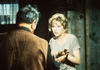 Sam Croft (Kenneth MacKenna, l.) empfindet es als Fluch, dass seine Tochter Annie (Stella Stevens, r.) taubstumm ist. – Bild: Paramount Pictures