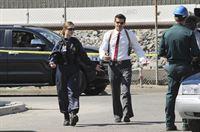 Brennan (Emily Deschanel) und Agent Booth (David Boreanaz) werden zu einem Fabrikgelände gerufen, wo eine völlig verweste Leiche am Zaun hängt. – Bild: RTL