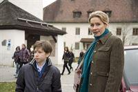 Als Susanne (Natalie OHara) ihren Sohn Jonas (Fabian Elias Huber) zur ...