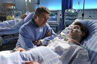 Simon Brandl (Constantin Gastmann, r.) hat die Operation gut überstanden. Martin (Hans Sigl, l.) hat noch weitere gute Nachrichten. – Bild: ZDF und Thomas R. Schumann