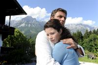 Lena (Pia Baresch, r.) sucht die Nähe von Martin (Hans Sigl, l.) und seinen Halt. Sie sorgt sich sehr um ihren Mann Tom. – Bild: ZDF und Thomas R. Schumann