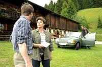 Lisbeth (Monika Baumgartner, r.) und Hans (Heiko Ruprecht, l.) sind wenig erfreut über den Brief, der von Lillis Schule kam. – Bild: ZDF und Thomas R. Schumann