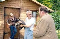 Nadine (Katharina Abt) und Benno (Ottfried Fischer, re.) fragen sich, was Toni Rambold (Gerd Anthoff, mi.) im Haus von Hans Kaminsky zu suchen hatte. – Bild: ORF2