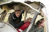 Andreas Marthaler (Martin Gruber) macht einen grausigen Fund. Dem Piloten eines Kleinflugzeugs und seinem Begleiter (Komparsen) kann er nicht mehr helfen. – © ZDF und Thomas R. Schumann