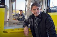 Der Bergretter-Pilot Michael Dörfler (Robert Lohr, r.) hat Pause, während Rudi (Michael Pascher, l.) an seinem Heli schraubt. – © ZDF und Thomas R. Schumann