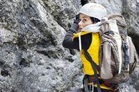 Die Tierschützerin Jana (Anja Knauer) wollte ein Steinadlerest fotografieren und ist dabei abgestürzt. Sie hofft, dass die Bergretter rechtzeitig da sein werden. – © ZDF und Thomas R. Schumann