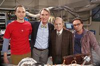 """""""The Big Bang Theory"""", """"Der Proton-Ersatz."""" Als Sheldon zufällig sein Kindheitsidol """"Professor Proton"""" trifft, tut er alles, um ihm seine Bewunderung auszudrücken. Genervt wendet sich Proton bei wissenschaftlichen Problemen jedoch lieber Leonard zu. Sheldon ist enttäuscht. Er beschließt, sich zu rächen, indem er die Freundschaft von Protons Erzrivalen Bill Nye sucht. Derweil liefern sich Howard und Raj ein Kräftemessen beim Schmuck-Basteln mit den Mädchen.Im Bild (v.li.): Jim Parsons (Sheldon Cooper), Bill Nye, Bob Newhart (Professor Proton), Johnny Galecki (Leonard Hofstadter). – © ORF eins"""