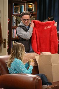 Während Leonard (Johnny Galecki, r.) von Sheldon wegen eines Fehlers aus der Vergangenheit bestraft wird, wäscht Penny (Kaley Cuoco, l.) Rajs Ex-Flamme Lucy den Kopf ... – © Warner Brothers Entertainment Inc.