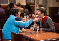 Howard (Simon Helberg, l.) und Raj (Kunal Nayyar, r.) überlegen, was aus ihnen geworden wäre - wenn sie Sheldon nicht getroffen hätten ... – © Warner Bros. Television