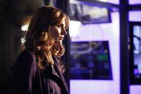 Etwas missmutig beobachtet Beckett (Stana Katic), wie sich Castle angeregt mit der Moderatorin Kristina Cottera unterhält ... – Bild: 2012 American Broadcasting Companies, Inc. All rights reserved.