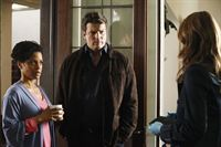 Richard Castle (Nathan Fillion, M.) und Kate Beckett (Stana Katic, r.) befragen Evelyn (Judith Scott, l.) zum Einbruch in ihrem Haus. – Bild: 2012 American Broadcasting Companies, Inc. All rights reserved.