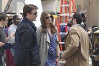 """Am Filmset für """"Heat Wave"""" stellt Castle (Nathan Fillion, l.) dem Regisseur Tony (P.J. Byrne, r.) Kate Beckett (Stana Katic, M.) vor, der sofort von ihr angetan ist. – Bild: ABC Studios"""