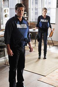 Ein Bombenleger macht Castle (Nathan Fillion, l.) und Beckett (Stana Katic, r.) das Leben schwer ... – © ABC Studios