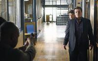 Captain Roy Montgomery (Ruben Santiago-Hudson, l.) zwingt Dick (Jay R. Ferguson, M.), welcher Castle (Nathan Fillion, l.), hinter Vorgehaltener Waffe als Geisel hält, sich zu stellen... – Bild: ABC Studios