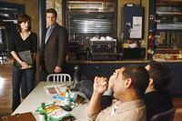 Zwei Mordfälle beschäftigen Kate (Stana Katic, l.), Castle (Nathan Fillion, 2.v.l.), Javier (Jon Huertas, 2.v.r.) und Kevin (Seamus Dever, r.). Um das Ganze interessanter zu machen, wetten Ryan und Esposito mit Castle darum, welches Team seinen Fall zuerst aufklärt. – Bild: ABC Studios