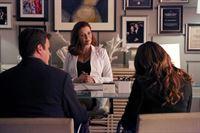 Ihre Ermittlungen führen Castle (Nathan Fillion, l.) und Beckett (Stana Katic, r.) zur plastischen Chirurgin Dr. Kelly Nieman (Annie Wersching, M.). – Bild: 2013 American Broadcasting Companies, Inc. All rights reserved.