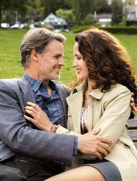 Zwischen Jack (Dylan Neal, l.) und Olivia (Andie MacDowell, r.) scheint sich etwas Ernsthaftes zu entwickeln ... – © 2013 Crown Media United States LLC
