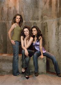 (8. Staffel) - Sie sind ein zauberhaftes Team: Phoebe (Ayssa Milano, r.), Piper (Holly Marie Combs, l.) und Paige (Rose McGowan, M.) ... – © Paramount Pictures