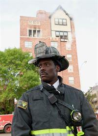 Koordiniert den Einsatz: Eamonn Walker als Chief Boden (Copyright SRF/NBC Universal) – © SF