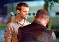 Gespräch unter vier Augen: Jesse Spencer als Matthew Casey, Jason Beghe als Detective Voight (Copyright SRF/NBC Universal) – © SF