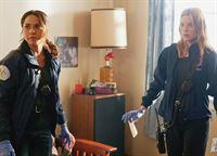 Werden bedroht: Monica Raymund als Gabriela Dawson, Lauren German als Leslie Shay (Copyright SRF/NBC Universal) – © SF