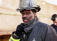 Dirigiert seine Männer: Eamonn Walker als Chief Boden (Copyright SRF/NBC Universal) – © SF