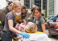 Gerettet: Lauren German als Leslie Shay, Monica Raymund als Gabriela Dawson (Copyright SRF/NBC Universal) – © SF