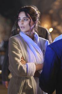 Hodges Verlobte Elisabetta (Catrinel Menghia Marlon) hat das Opfer im Whirlpool entdeckt und ist noch völlig schockiert. – © RTL