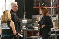 Julie Finlay (Elisabeth Shue, l.) und D.B. Russell (Ted Danson) erhoffen sich von Kochshow-Produzentin Nadine Bradley (Holley Fain) wichtige Informationen zu den Hintergründen der Tat. – © RTL