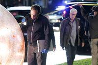 David Phillips (David Berman, l.) untersucht gerade den 'Hamsterball', ein großes Sexspielzeug, mit dem das Opfer erschlagen wurde, als D.B. Russell (Ted Danson) am Tatort erscheint. – © RTL
