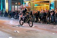 """""""CSI: Vegas"""", """"Geld, Gewalt und Gift."""" Eines der beliebtesten Casinos in Vegas wird Schauplatz eines spektakulären Überfalls. Der Täter kommt nicht weit. Wenige Augenblicke nach der Flucht stirbt er an den Folgen eines allergischen Schocks und fällt tot vom Motorrad. Doc Robbins zufolge wurde der Anfall von einem Schlangengift ausgelöst, das dem Mann injiziert worden ist. Leichen pflastern den Weg des CSI-Teams bei den Ermittlungen. Sämtliche Zeugen, die Aufklärungsarbeit leisten könnten, werden nach und nach ermordet. – © ORF eins"""