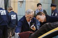 Ein unbekannter Mann stürzt vom New Yorker Wentworth-Gebäude in die Tiefe. Dr. Sid Hammerback (Robert Joy, l.) und Mac Taylor (Gary Sinise) untersuchen die Leiche. Dabei machen die Ermittler eine erstaunliche Entdeckung... – © VOX