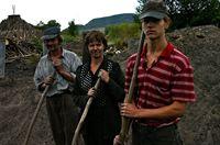 Domokos Vari und seine Familie arbeiten als Köhler in Siebenbürgen: Fast das ganze Jahr brennen sie Holz zu Kohle, die dann als Grillkohle nach Westeuropa geht. – Bild: ARTE / © MedienKontor/Vincent Froehly