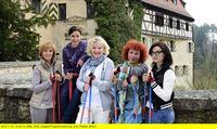 WDR Fernsehen DIE DIENSTAGSFRAUEN - SIEBEN TAGE OHNE, Deutschland 2013, Regie Olaf Kreinsen, am Samstag (17.05.14) um 20:15 Uhr. Auf zum Frühsport (v.l.n.r.): Caroline (Ulrike Kriener), Judith (Jule Ronstedt), Eva (Saskia Vester), Estelle (Nina Hoger) und Kiki (Mimi Fiedler) sind bereit. – © WDR/Degeto/Christiane Pausch