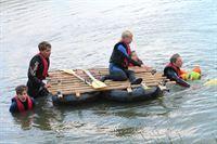 Die Gruppe muss per Floss einen Fluss überqueren. V.li.: Julien, Niklas, Vivi, Henriette, David – © HR