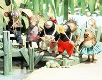 """""""Eiki Eiche"""", """"Das Fischen nach dem Hut."""" Vater Abel Frosch besucht mit seinen Söhnen Neptun und Moses Verwandte. Oma Annie kümmert sich indes um die Kaulquappen und bringt ihnen Kunststücke bei. Dabei fällt ihr der Hut in den Teich. Eiki Eiche ruft all seine Freunde zusammen und veranstaltet ein Wettfischen. – Bild: ORF eins"""