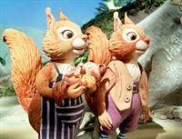 """""""Eiki Eiche"""", """"Die verschwundenen Nüsse."""" Rufus Eichhörnchen sammelt fleißig Nüsse als Vorrat für den herannahenden Winter. Eines Morgens sind alle Nüsse fort. Auch von dem Mäusejungem Ruckel Konrbeißer fehlt jede Spur. Zudem verhalten sich die Grauhörnchen David und Daniel sonderbar. Eiki Eiche will mit Manni Maulwurf das Rätsel lösen, und zwar mit einer ganz besonderen Suchmaschine. – Bild: ORF eins"""