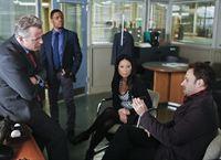 Gemeinsam ermitteln sie in einem neuen Mordfall: Sherlock Holmes (Jonny Lee Miller, r.), Joan Watson (Lucy Liu, 2.v.r.), Tobias Gregson (Aidan Quinn, l.) und Marcus Bell (Jon Michael Hill, 2.v.l.) ... – © CBS Television
